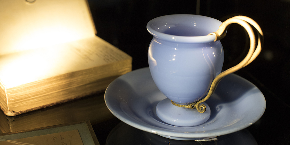 Diese blaue Opalglastasse stand neben Hortenses Bett als auf Schloss Arenenberg starb