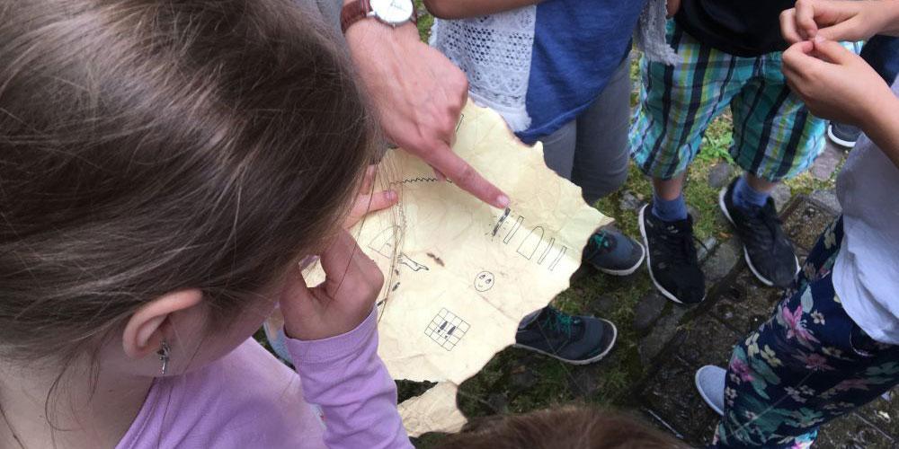 Mit eigens gezeichneten Schatzkarten begeben sich die Familien auf die Spur vergangener Schätze.