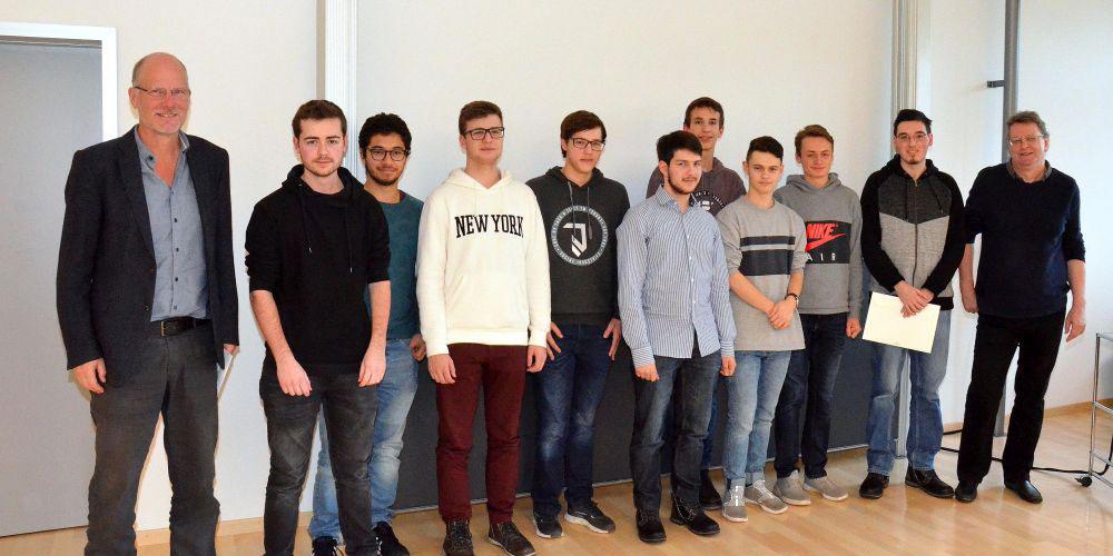 Die zwei Gewinnerteams, flankiert von Rektor Hanspeter Hitz (links) und Lehrer Jean-Pierre Mouret. Foto: Christoph Heer.