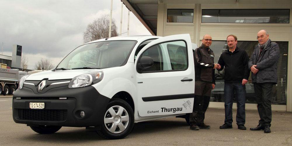 Der Eichmeister Uwe Kurle darf in Begleitung des Amtsleiters Ernst R. Anderwert Fahrzeug und Schlüssel von Herrn Sven Engeli in Empfang nehmen.