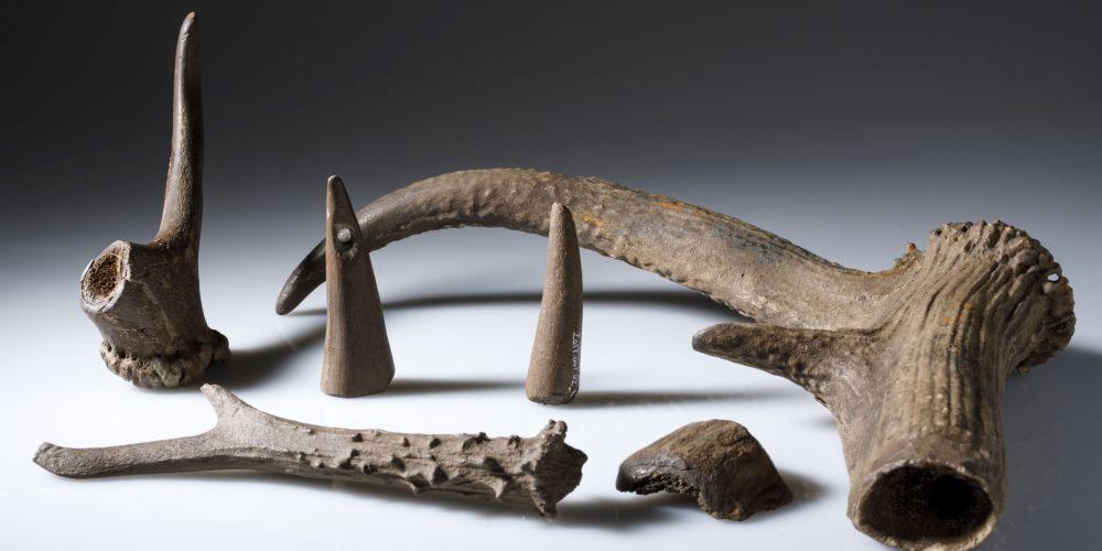 Jungsteinzeitlicher Werkabfall und Anhänger aus Geweih (um 3800 v.Chr.); gefunden in der Unesco-Welterbestätte Hüttwilen-Nussbaumersee.