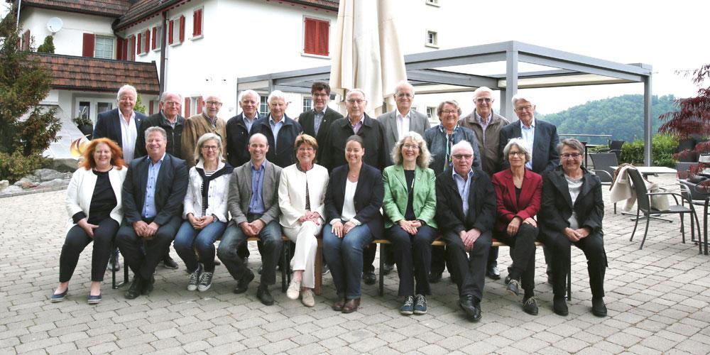Die Teilnehmerinnen und Teilnehmer des traditionellen Treffens der ehemaligen Thurgauer Grossratspräsidentinnen und -präsidenten mit Regierungspräsidentin Carmen Haag vor dem Restaurant Klein Rigi, Schönenberg an der Thur.