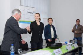Staatsschreiber Rainer Gonzenbach, die Lernende Lea Walter (Mitte) und Margrit Walt, Leiterin Rechtsdienst Staatskanzlei, bei der Ziehung der Listennummern.