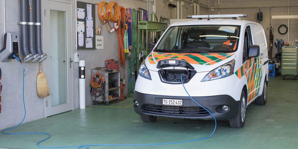 Das rein mit Strom betriebene Fahrzeug wird im Werkhof Eschlikon mit Strom von Sonnenkollektoren auf dem Dach des Gebäudes «aufgetankt».