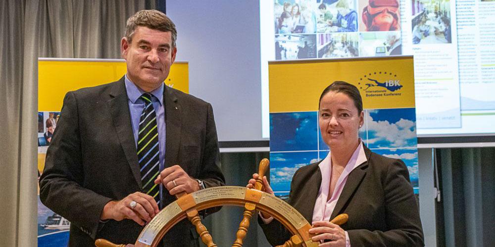 Regierungspräsident Christian Amsler übergibt den Vorsitz der IBK an Regierungsrätin Carmen Haag vom Kanton Thurgau, Vorsitzende der IBK in 2019.