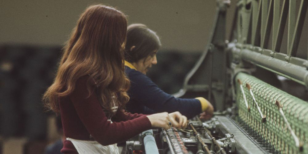 Arbeitsalltag in der Stickerei: Junge Frauen in Sirnach, 1974. Foto ETH-Bibliothek Zürich, Bildarchiv / Fotograf Hans Krebs