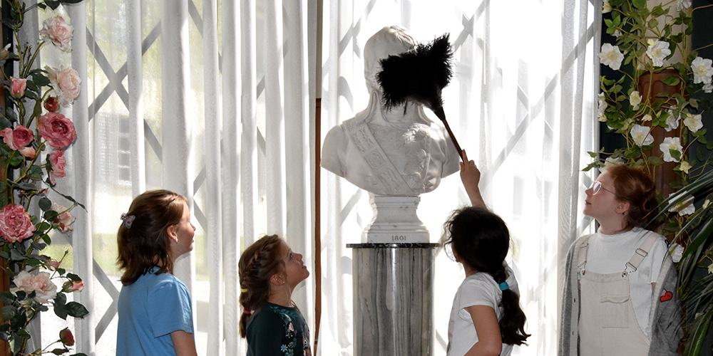 Kinder schlüpfen in die Rolle der Dienerschaft auf Schloss Arenenberg